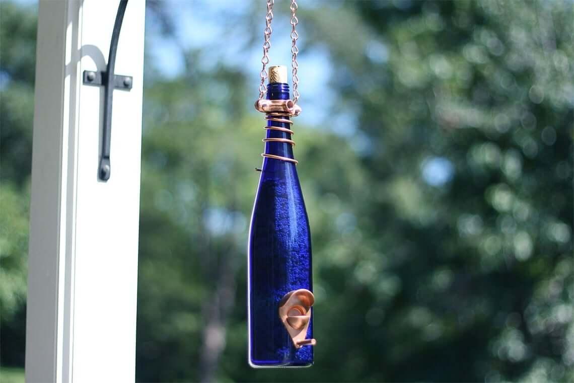Mangeoire à oiseaux bouteille bleu cobalt avec garniture en cuivre