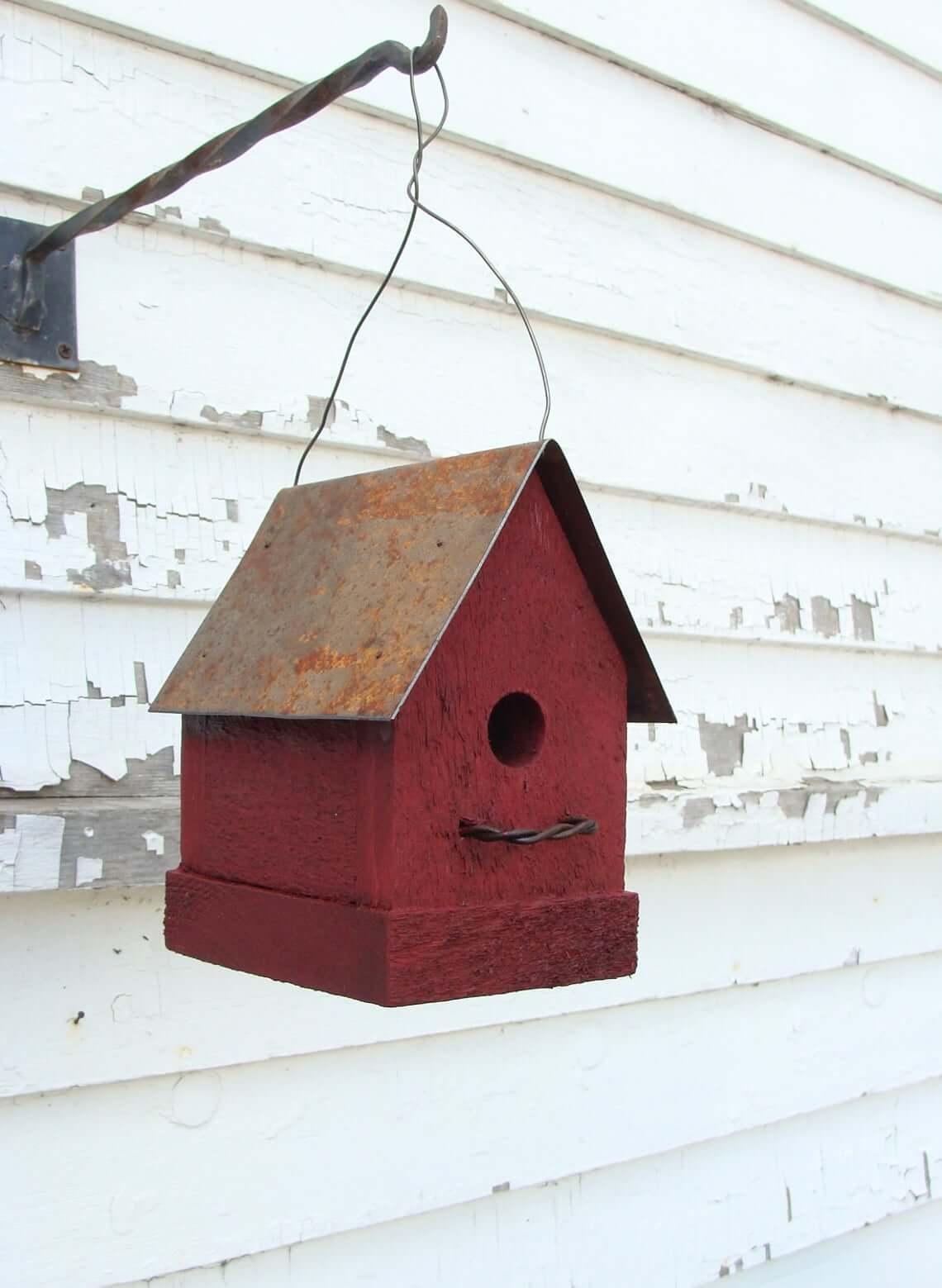 Nichoir rustique de grange rouge avec toit en métal