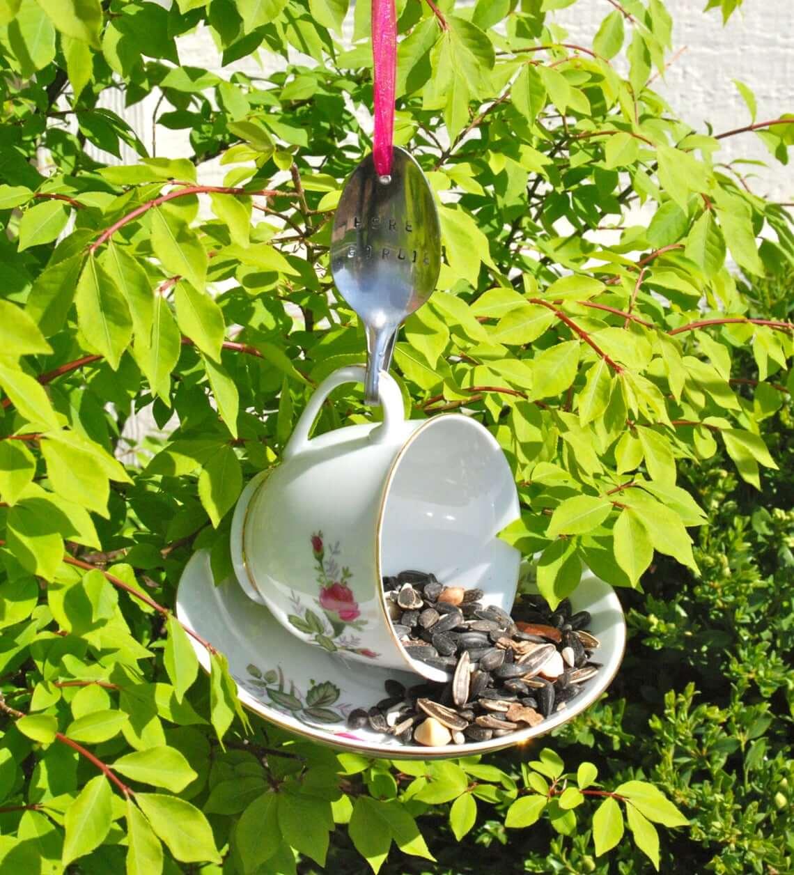 Tasse à thé, soucoupe et mangeoire à oiseaux à cuillère pliée