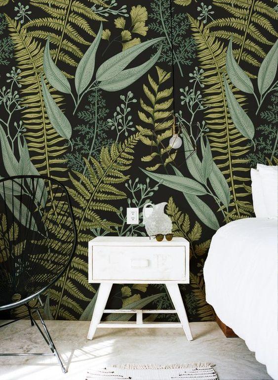 Le papier peint à imprimé botanique moody contrastant avec les meubles et la décoration blancs est audacieux et exceptionnel