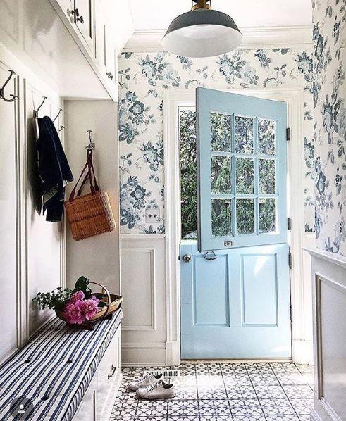 une entrée d'inspiration vintage avec un papier peint à fleurs bleu et des lambris élégants est très chic et invitant