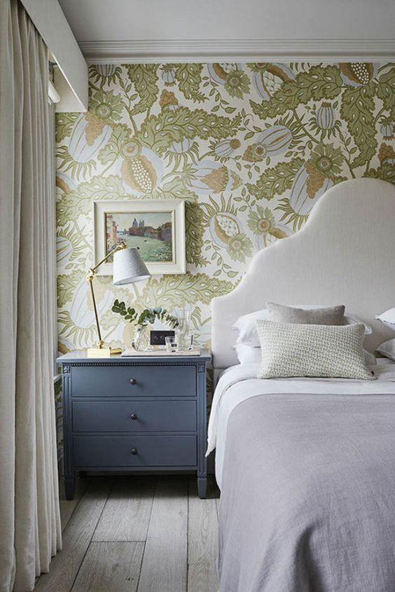 une chambre neutre agrémentée de papier peint botanique aux couleurs pastel et douces avec des imprimés abstraits