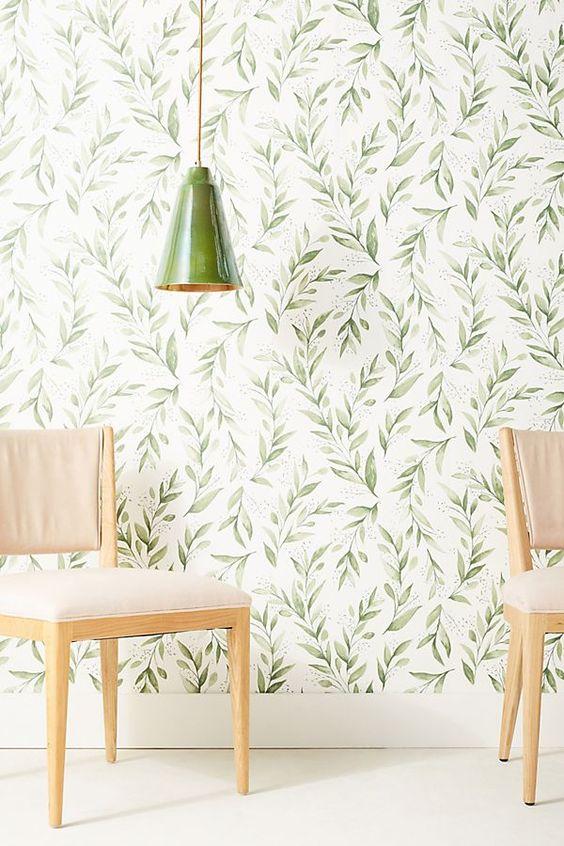 Le papier peint botanique classique avec une sensation rétro et une lampe en porcelaine verte assortie créent un espace accueillant et frais