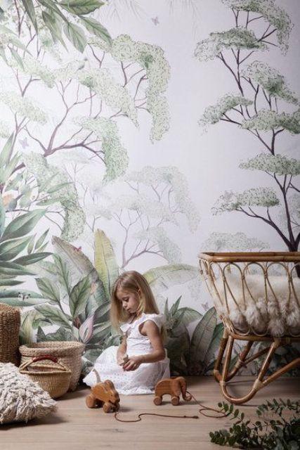 utilisez du papier peint à imprimé botanique dans la chambre d'enfant pour lui donner une sensation paisible et naturelle et associez le mobilier à ce mur