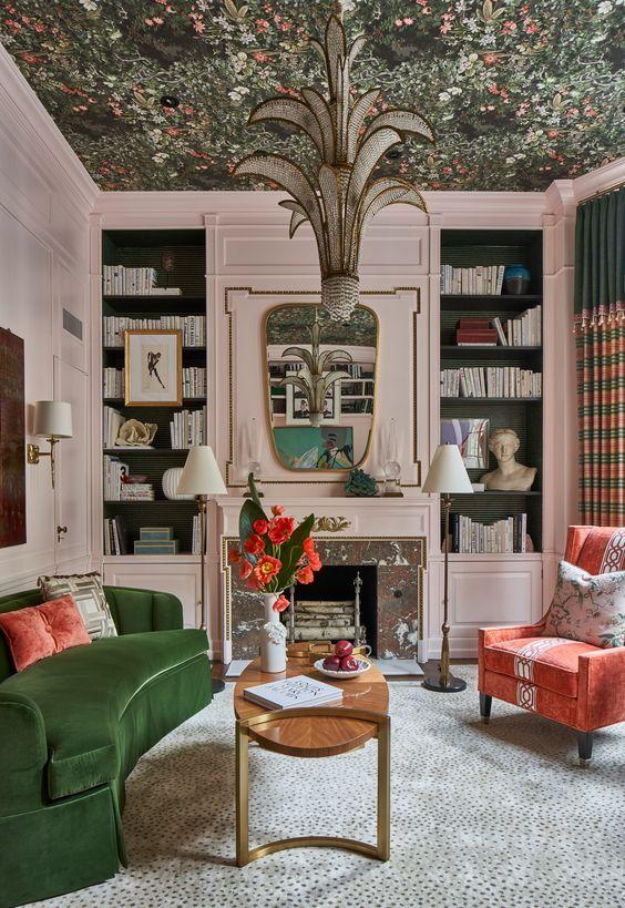 si vous voulez faire de la fantaisie, utilisez du papier peint floral foncé au plafond et des meubles assortis ci-dessous