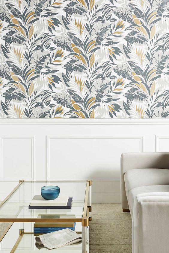 embellissez un espace neutre avec du papier peint botanique plus audacieux pour le rendre plus lumineux et plus accrocheur