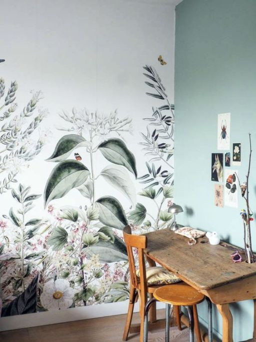 un espace de travail chic ou un coin artisanal avec un mur de papier peint botanique et un vert clair assorti