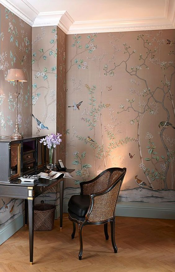 un espace de mauvaise humeur très raffiné avec un papier peint floral et animalier, un mobilier vintage élégant et quelques lumières