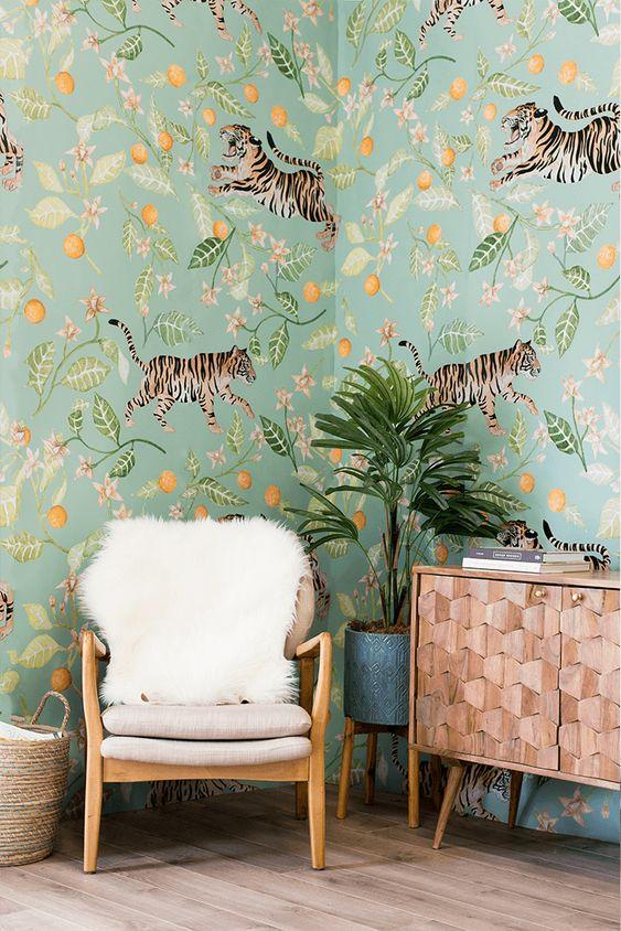 un espace fantaisiste avec un papier peint floral et animalier unique qui donne une sensation tropicale audacieuse à l'espace