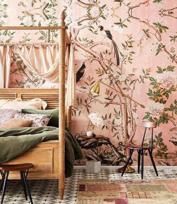 Le papier peint rose de la flore et de la faune crée une ambiance chaleureuse dans la chambre et occupe tout l'espace