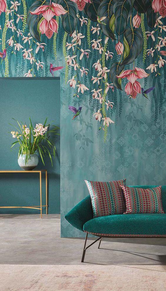 un espace de mauvaise humeur avec un papier peint accrocheur de flore et de faune qui imite les fleurs suspendues au-dessus des meubles