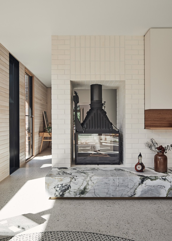 Le foyer sépare les espaces et donne du confort et suffisamment de lumière à chaque espace