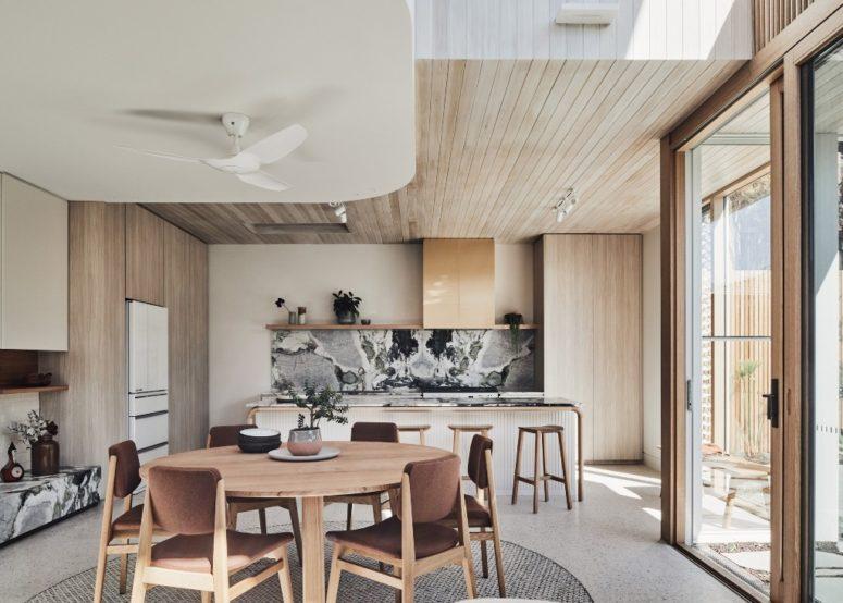 La cuisine est faite avec un dosseret en marbre noir et des comptoirs assortis, l'espace salle à manger comprend des chaises confortables