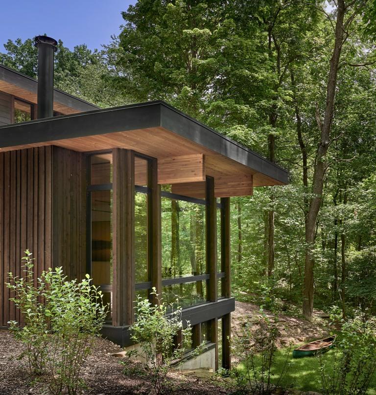 La plupart des espaces sont vitrés pour profiter de la vue sur le bois et rendre la maison aussi transparente que possible dans tous les sens