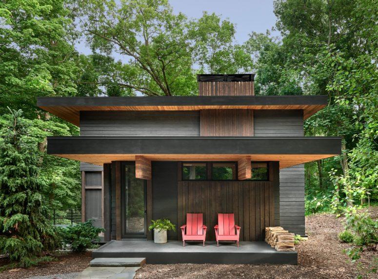 La maison est revêtue de bois carbonisé pour un look naturel mais contemporain, l'extérieur est entièrement sombre