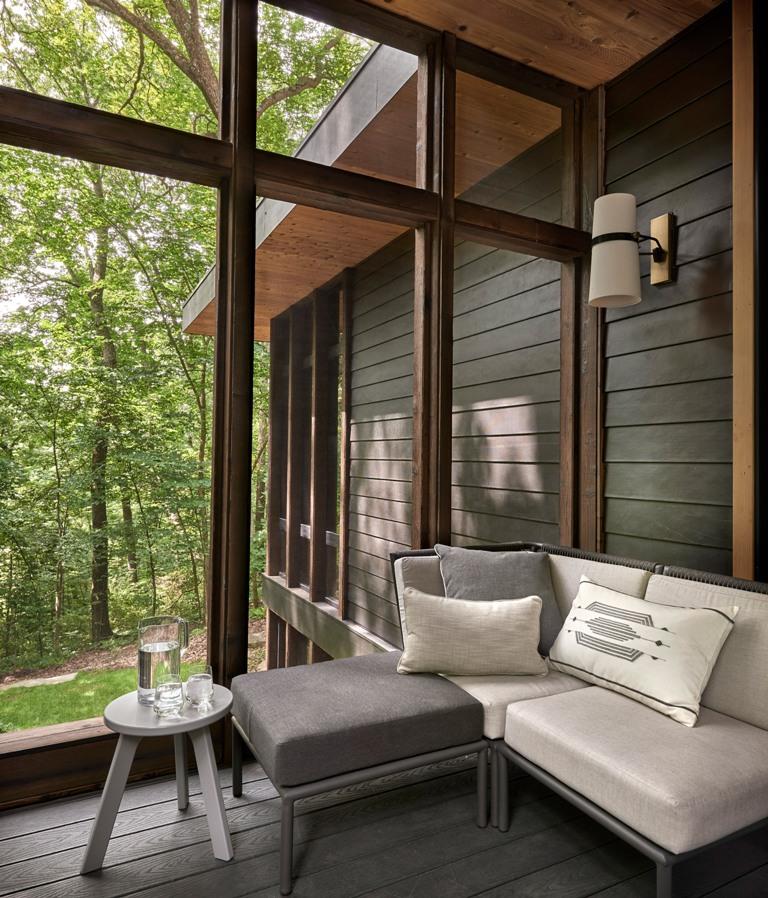 une maison fraîche avec des coins confortables pour profiter de la nature autour