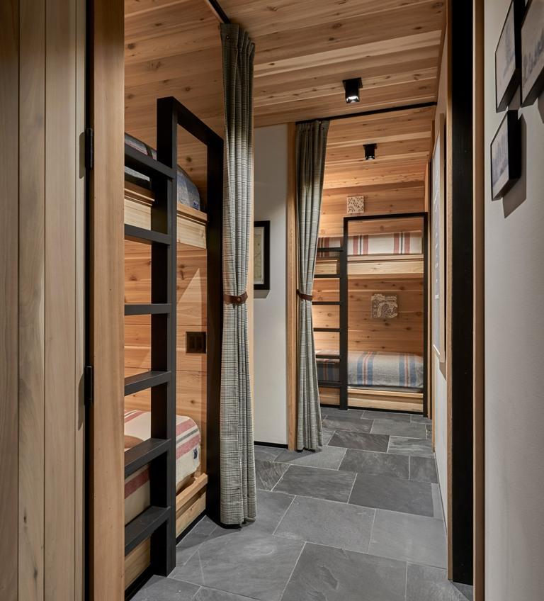 Ce sont des chambres avec des lits superposés et des rideaux pour un peu d'intimité