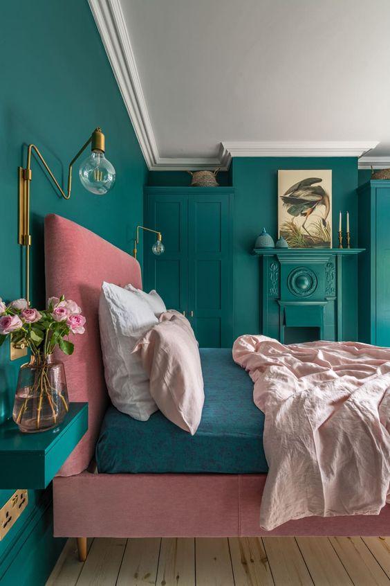 une chambre colorée avec des appliques murales en laiton et quelques autres touches de laiton qui apportent luxe et chic