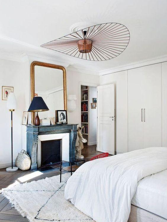 une chambre parisienne romantique avec un lustre en cuivre de forme géométrique est wow