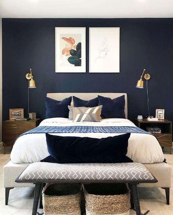 une chambre moderne du milieu du siècle avec des appliques murales dorées est un espace cool avec une touche brillante