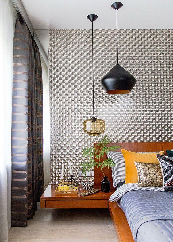 une chambre moderne du milieu du siècle avec un duo de lampes suspendues - en verre noir et en verre ambré
