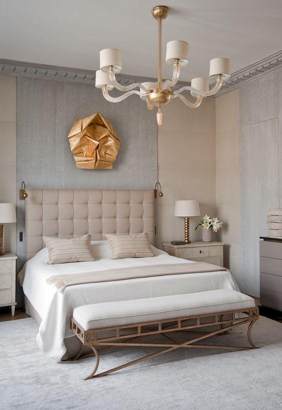 une version moderne d'une lampe classique comme un lustre et une sculpture métallique sur le mur