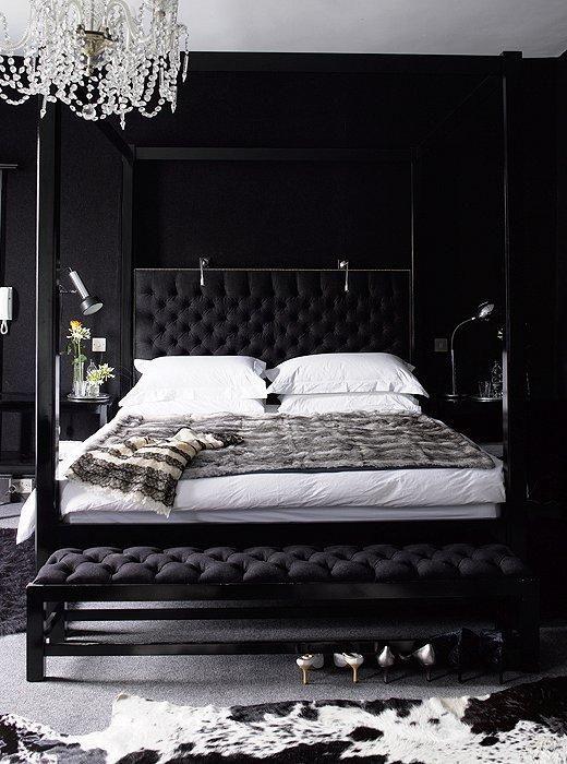 une chambre noire avec un lustre en cristal raffiné qui illumine l'espace en le rendant époustouflant