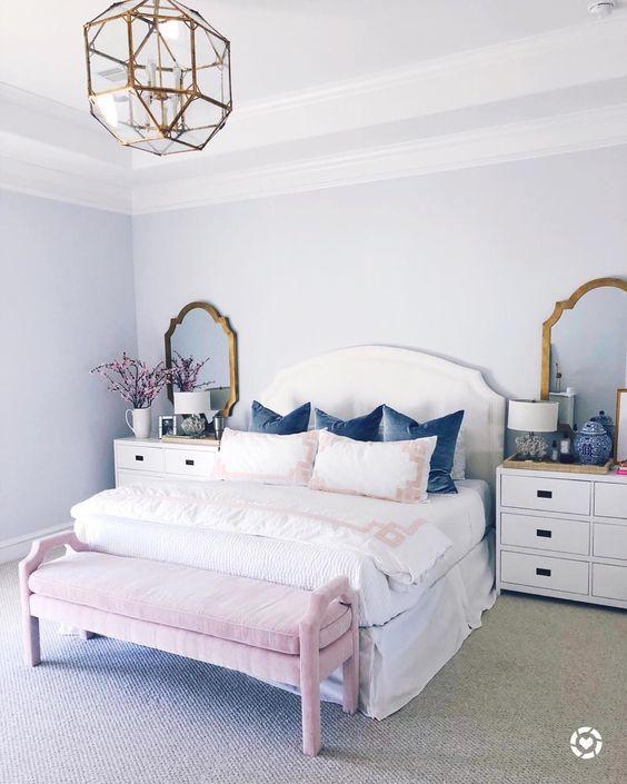une chambre de fille avec des miroirs encadrés en laiton et un lustre géométrique assorti pour une touche brillante
