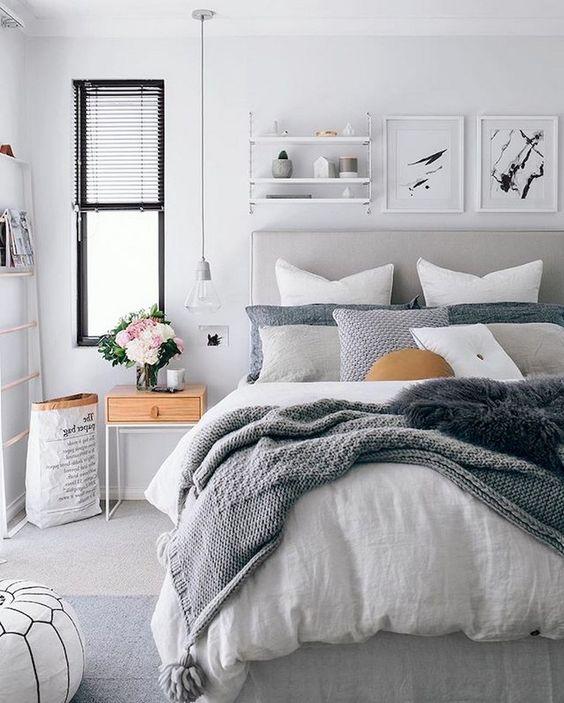 une chambre contemporaine avec un agencement de jetés sur le lit et des couvertures texturées