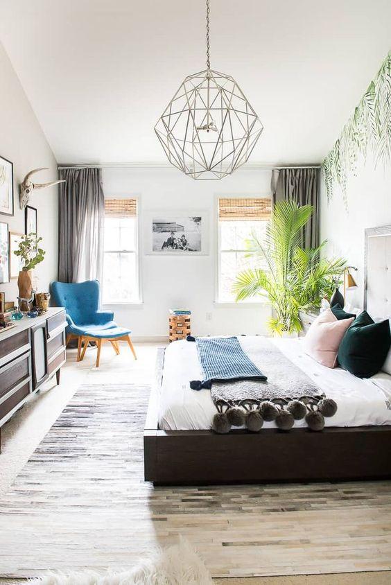 une chambre bohème avec une plante tropicale dans le coin qui attire l'attention
