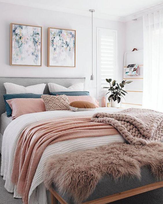 une chambre contemporaine spacieuse avec un lit superposé et un agencement de coussins colorés