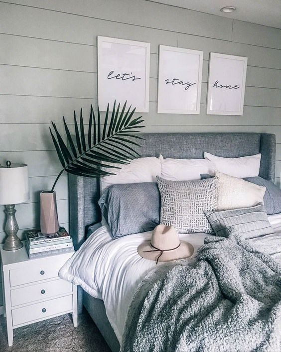 une chambre bohème aux tons neutres avec un lit rembourré et quelques plaids assortis mais de tissus différents
