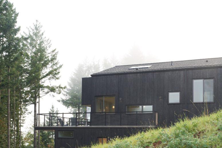 La maison est en partie revêtue de bois sombre fabriqué selon des techniques japonaises