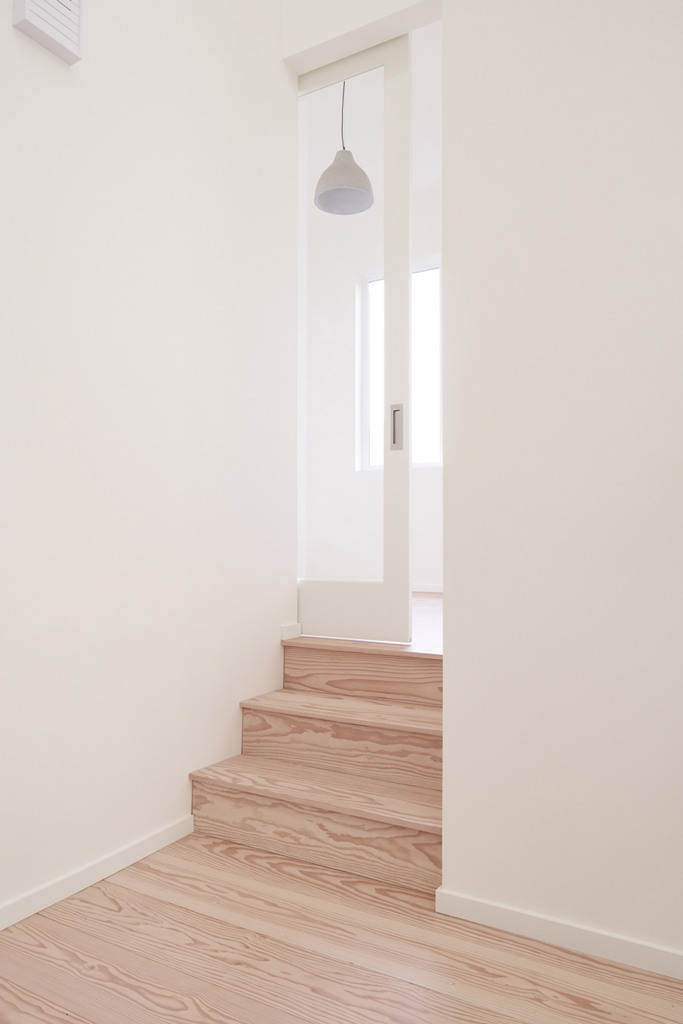 le décor lui-même est très minimaliste, avec des lignes et des surfaces épurées