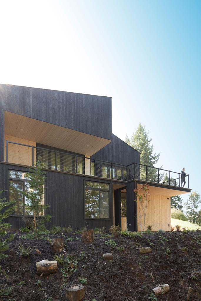 Il y a une grande terrasse qui permet de profiter de la vue sur la forêt