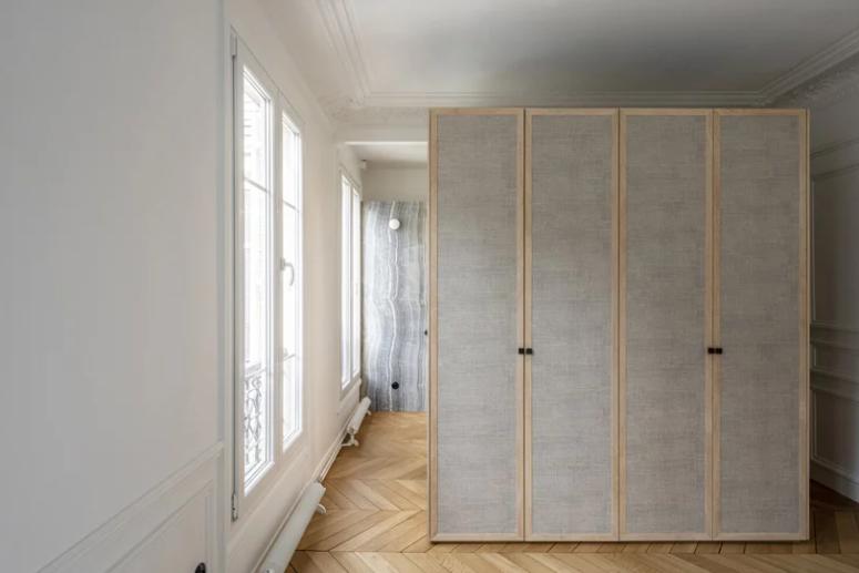 Le rangement est fait avec précision, avec du contreplaqué et des meubles en bois