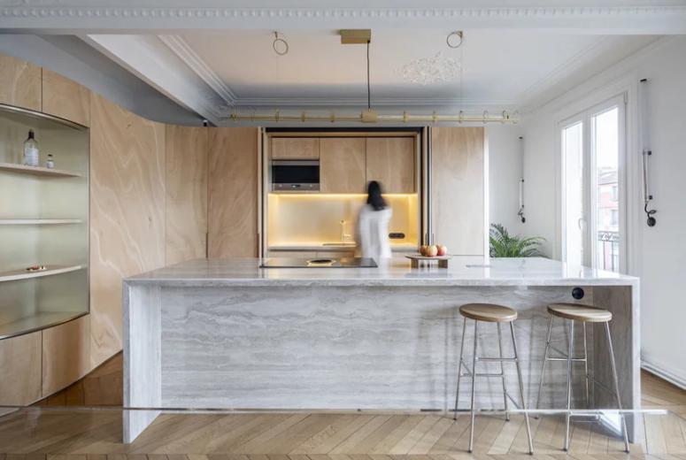 Les éléments vintage associés à des meubles ultra-modernes et des lumières intégrées créent un espace unique dans lequel vivre