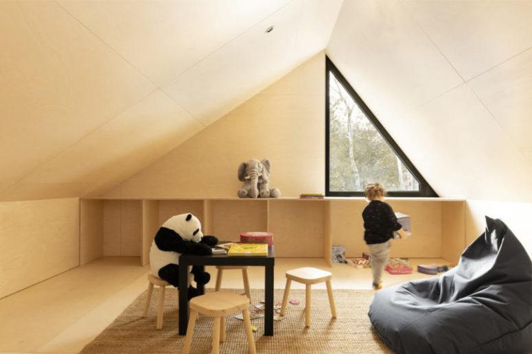 L'espace supérieur, mansardé, est donné à l'enfant, c'est un espace de jeu confortable et cosy avec des meubles sympas