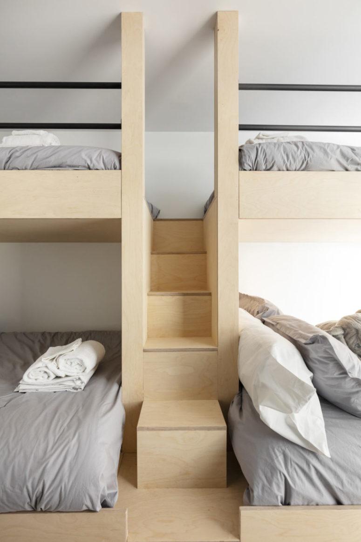 La chambre d'hôtes dispose de quatre lits superposés, tout est également revêtu de contreplaqué de couleur claire
