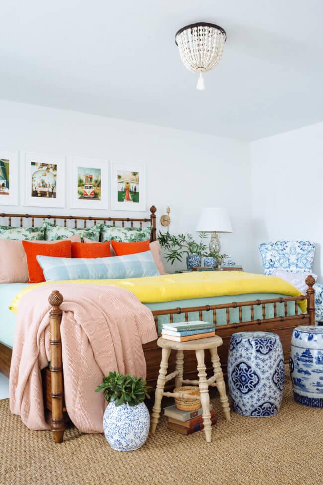 Décor de chambre grand, lumineux et coloré