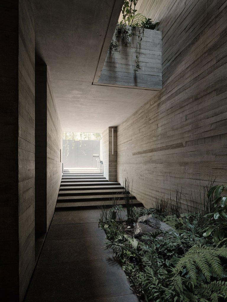 Les puits de lumière et les cours intérieures sont traditionnels de l'architecture espagnole, et ils ont été incorporés ici
