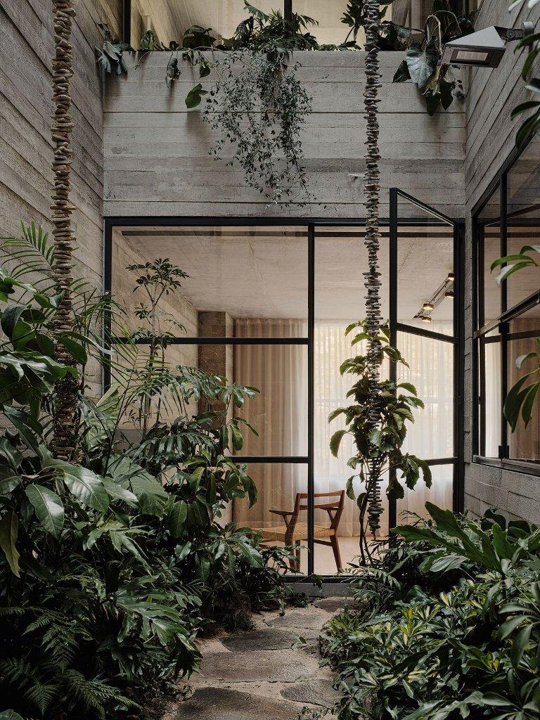 Les cours intérieures animent les espaces intérieurs avec des plantes luxuriantes