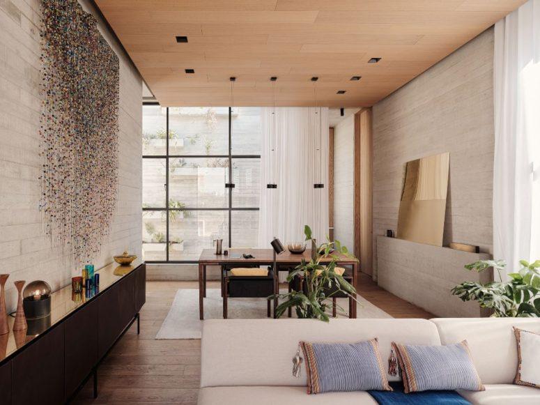 L'espace de travail est fait avec un bureau et des chaises, vous pouvez voir un strass brillant accroché au mur
