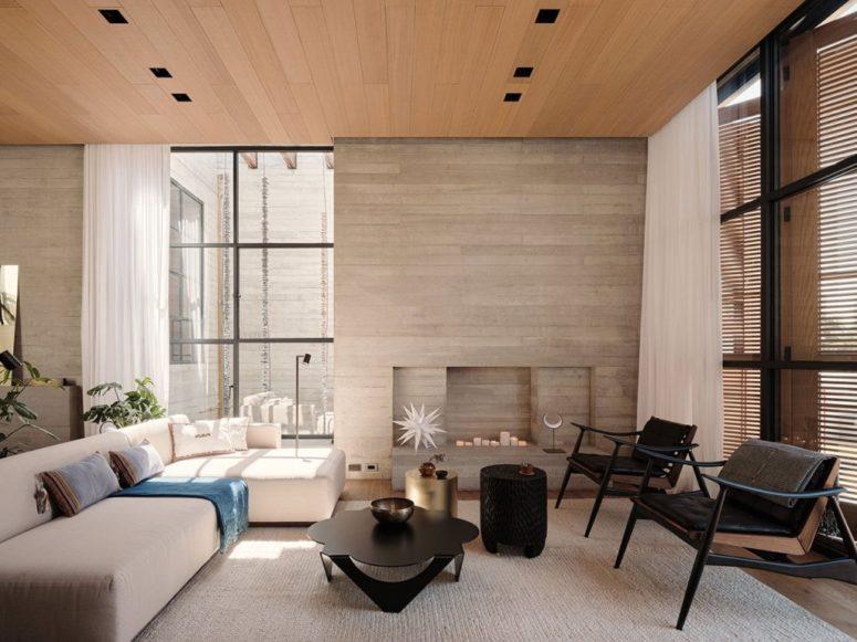 Le salon est fait de bois et de contreplaqué, dans une palette de couleurs neutres et avec des meubles accrocheurs