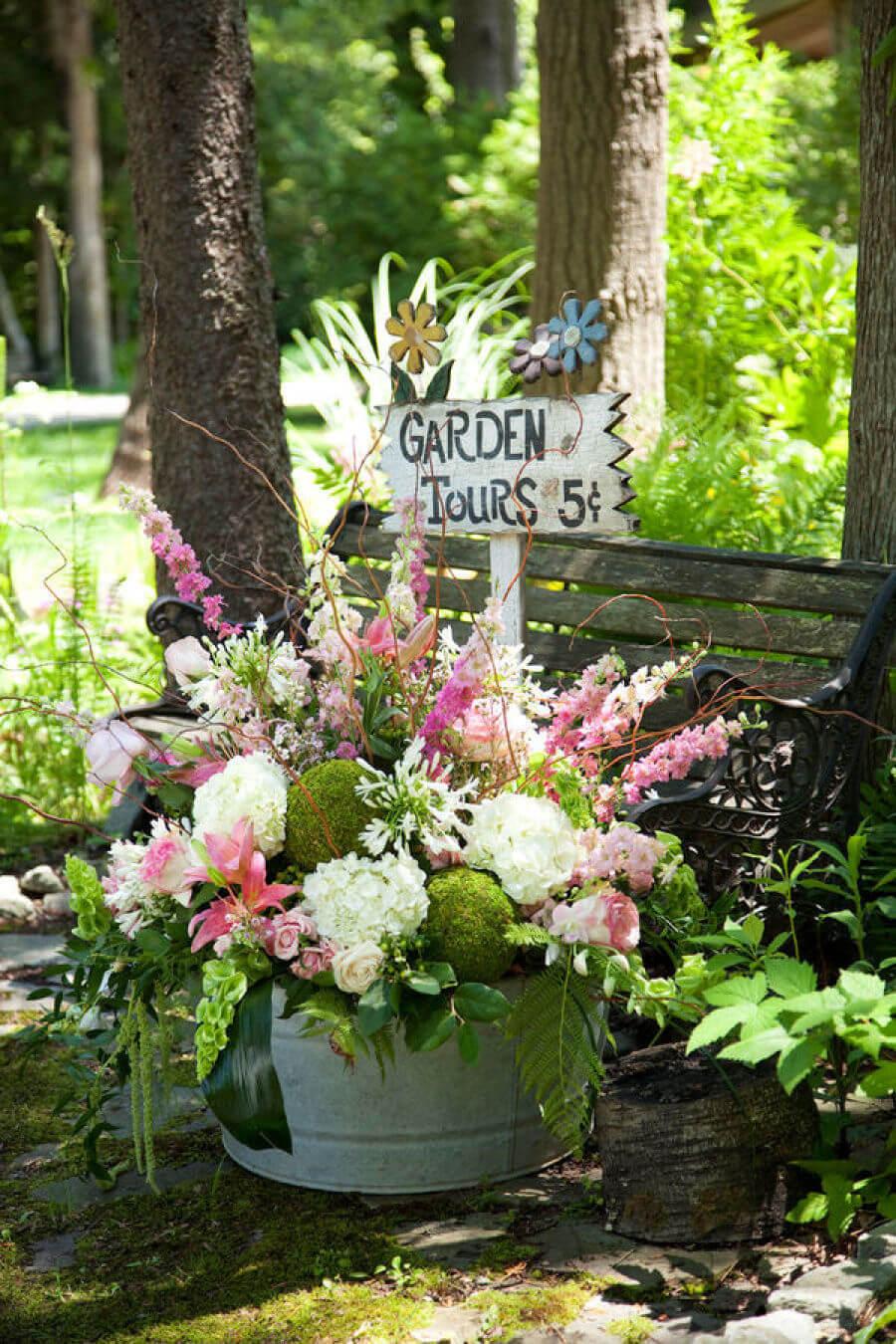 Garden Tours signe dans un conteneur en fleurs