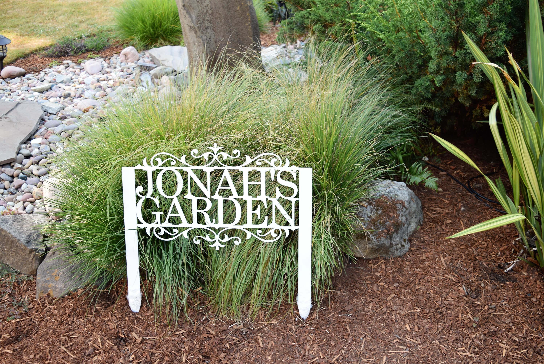 Idée de signe de jardin avec des lettres découpées
