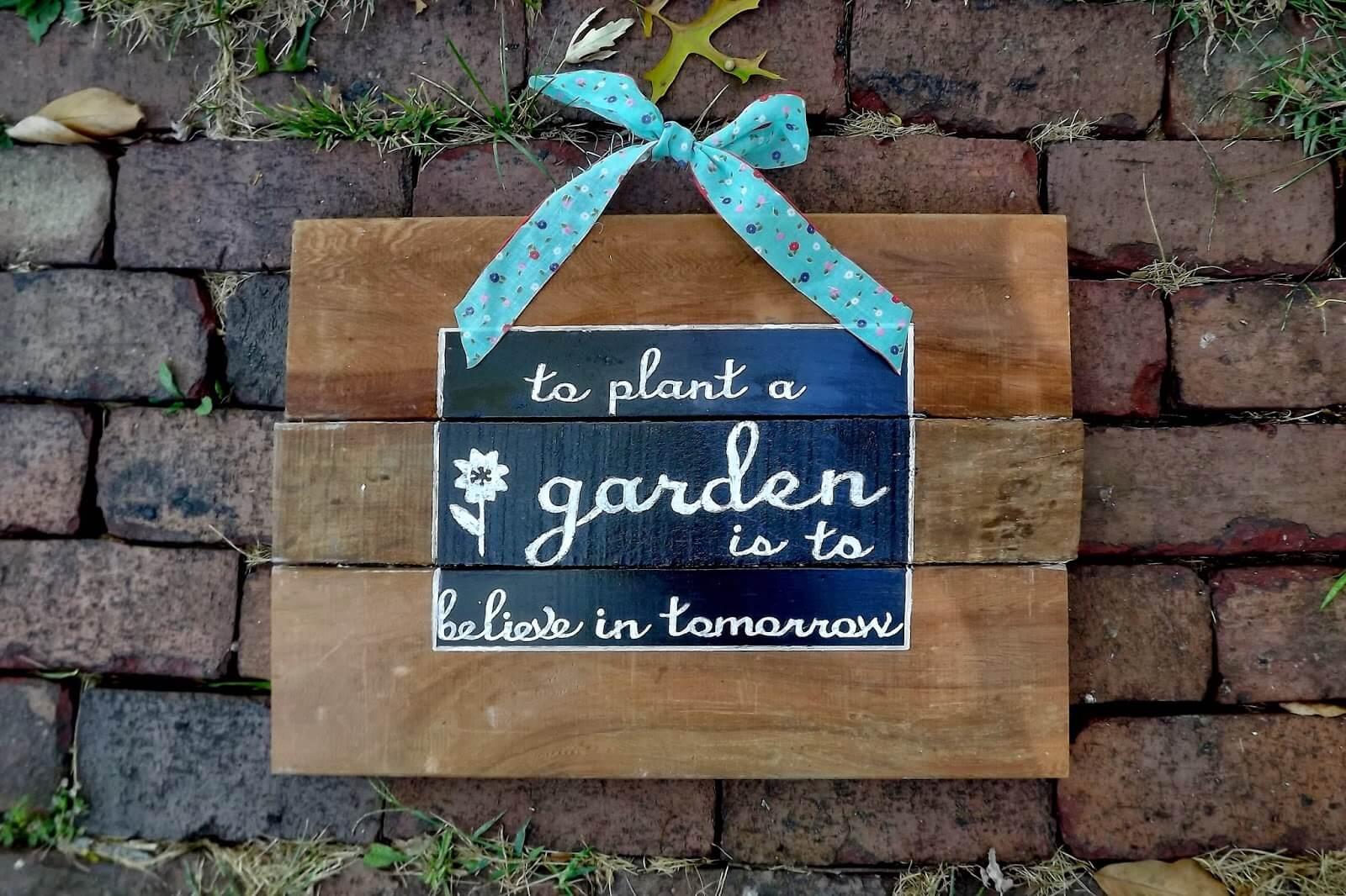 Signe peint bien pensé pour le mur du jardin