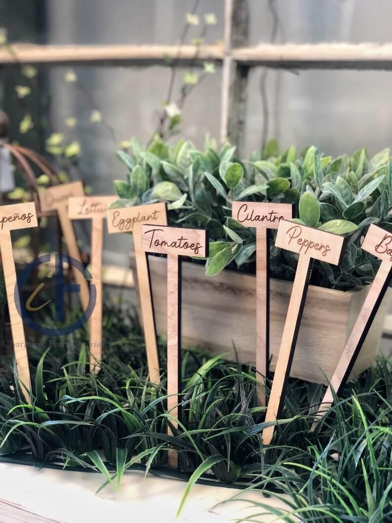 Marqueurs de jardin en bois gravés au laser