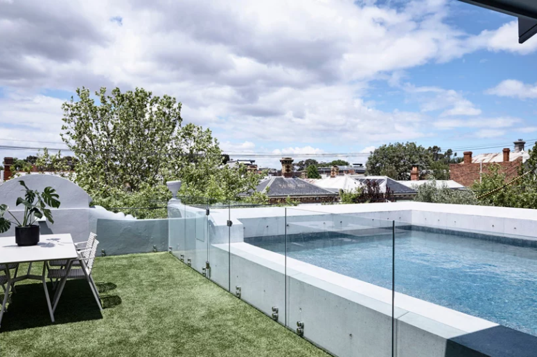L'espace extérieur est utilisé toute l'année, il y a une piscine, un espace salle à manger et de l'herbe