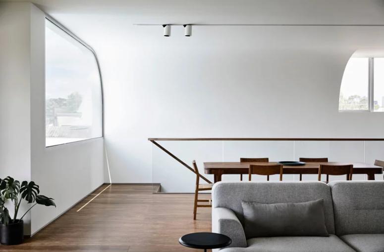 L'espace repas est fait avec un ensemble de salle à manger en bois
